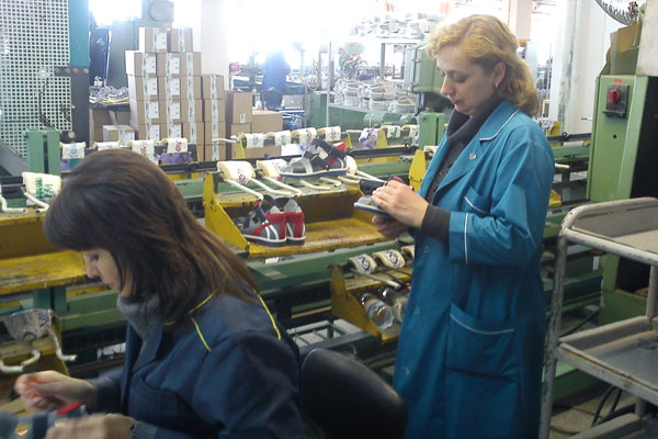 О повышении качества детской обуви Парижская Коммуна
